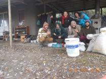El equipo de siembra junto a las semillas de nativos